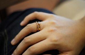 обручальное кольцо на правой руке